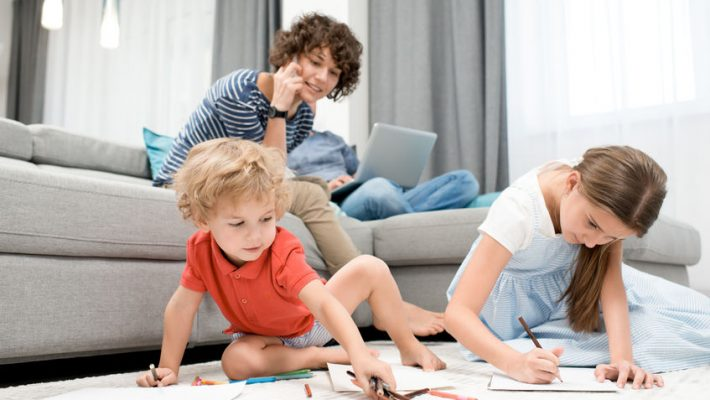 Corona, van positiviteit, vermaak tot besparen; thuis werken samen met kinderen