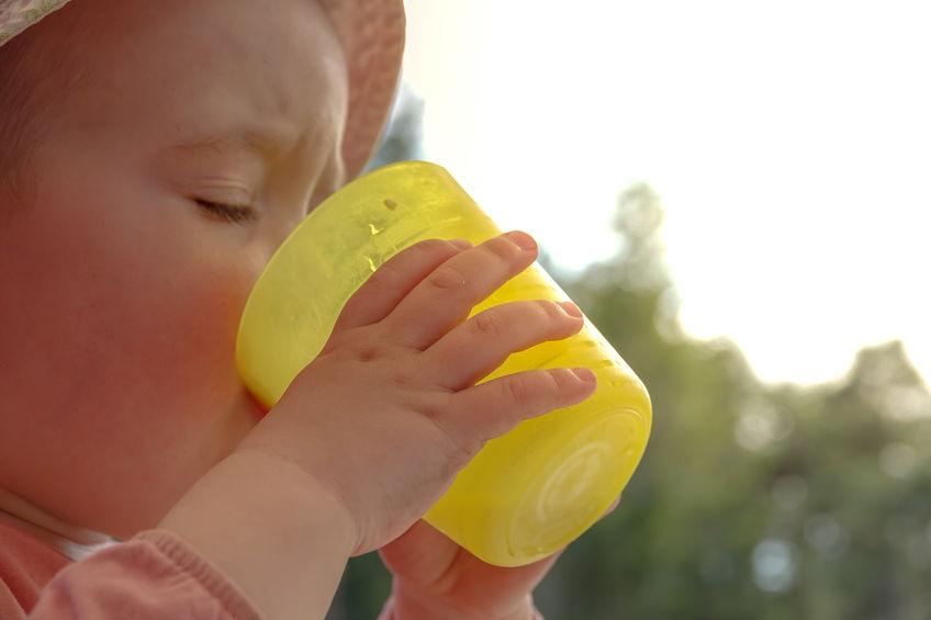 Vanaf wanneer kan een baby uit een beker drinken