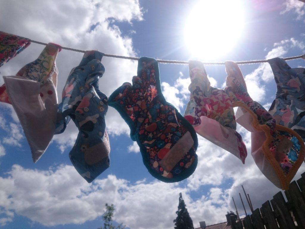 Wasbare luiers met vrolijke prints aan de waslijn